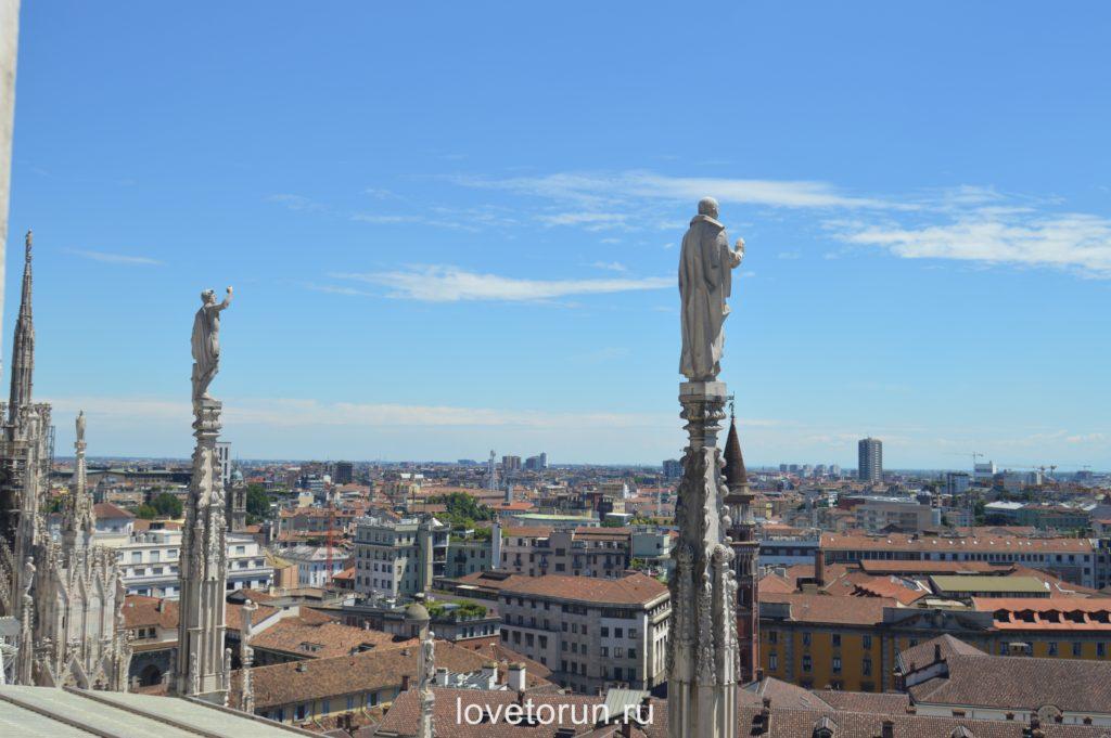 Статуи собора будто смотрят на город