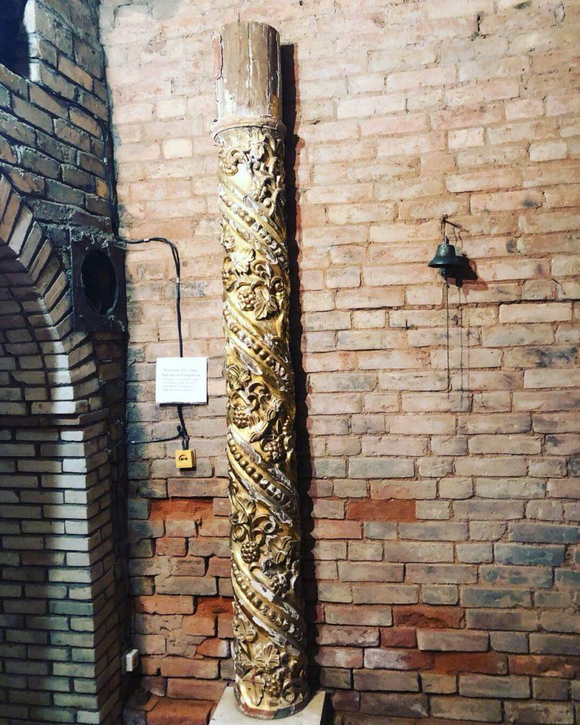 колонна из разрушенного собора